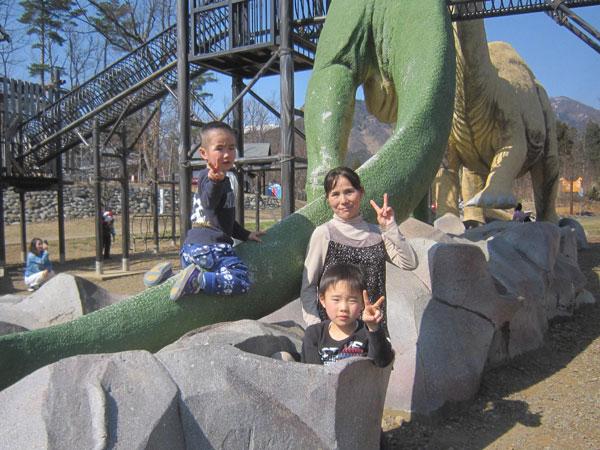 恐竜公園で子守
