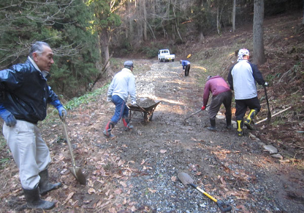林道の補修で砂利をまく区民。