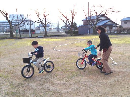 早速、公園で自転車遊び。