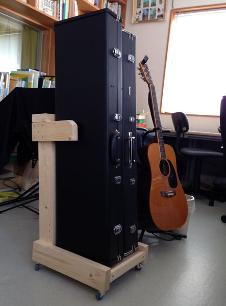 ケースごと三味線を収納できるキャスター付き三味線置場。
