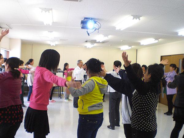 三時間目の後半は、踊り。皆さん楽しそうに踊ってくれた。座学の後の踊りはみんなリラックスできる。