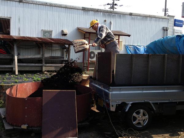六呂師で購入した牛糞堆肥を早速堆肥枠に移し替えた。一年は十分使える量を確保した。