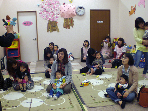 参加した幼児とお母さん達。