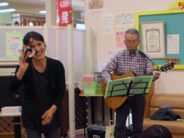 手遊び歌を歌う家内。私はギターとハーモニカで伴奏。
