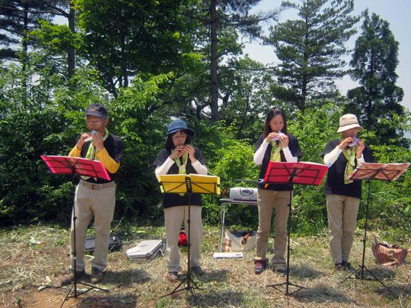 山頂では猪野瀬地区のオカリナメンバー4人が休まず、オカリナを演奏した。