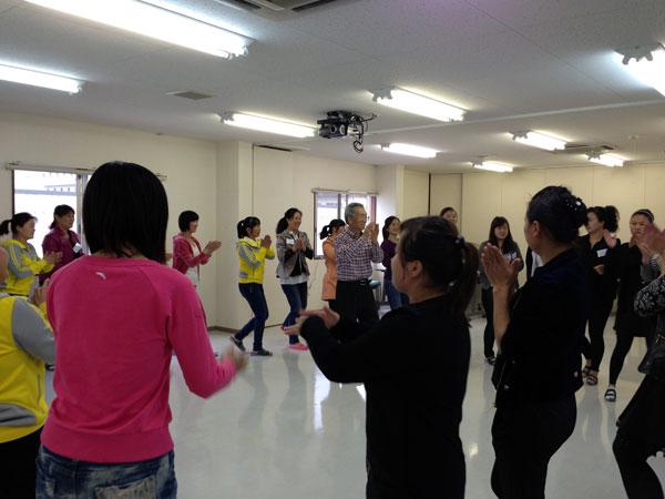 話の合間にみんなで日本の民踊を踊った。楽しそうだった。