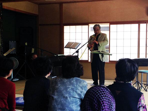 新緑コンサートで演歌を尺八で吹くMさん。