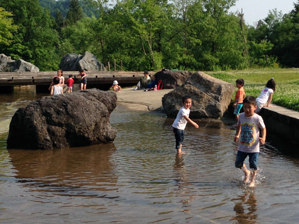真夏のような暑さだった。子ども達は正に水を得た魚だった。