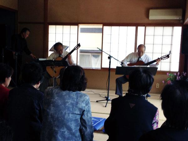 ギター二重奏をするU君(左)。右は80歳の奏者。