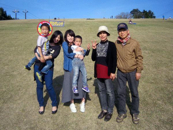スキー場の「芝ソリゲレンデ」で娘達と記念写真。