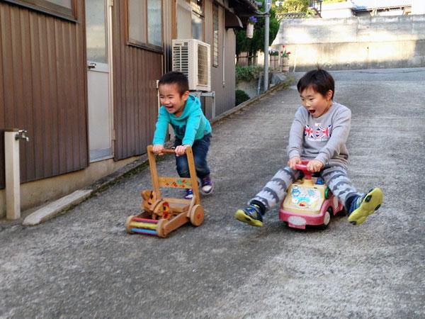福井の孫達が飽きずに坂を上り下りして遊んでいた。