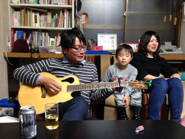 夕食の後、ギターを珍客の聞く。