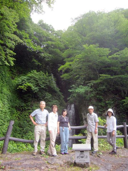 """二段に落ちる""""御堂(のど)の滝""""でも記念写真。"""