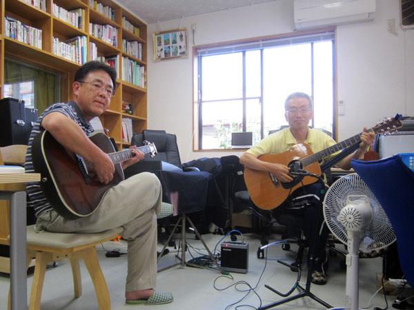 Oさんとの楽しいギター練習。彼は10歳ほど若いので頼もしい。