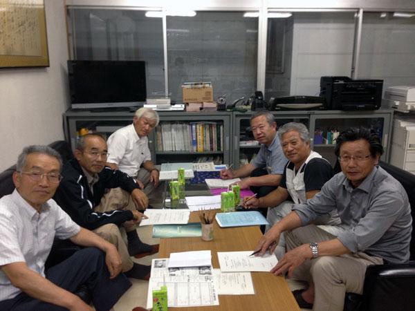 夜遅くまで熱心な話し合いが続く『猪野瀬地区活性化委員会』。