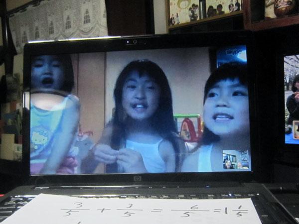 勉強の後、孫達の会話が楽しい。最後に、3人で歌を歌ってくれた。