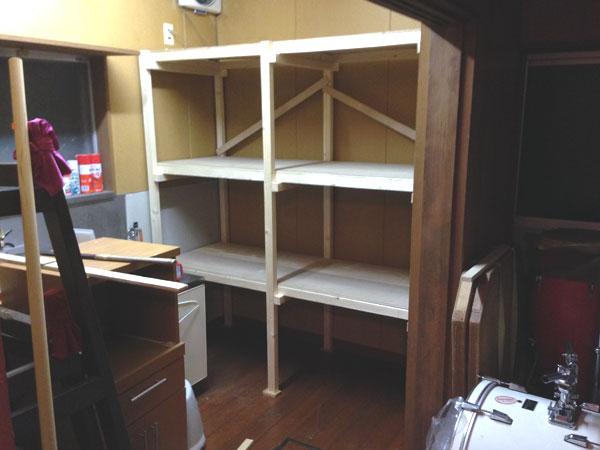 事務所の物置(食堂)に作り始めた整理用の戸棚。楽器類をきちんと整理したいものだ。