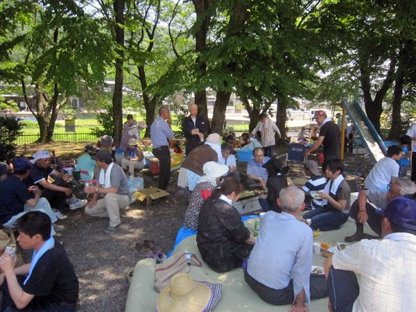 他班のバーベキュー風景。夏のように暑い日だったので、今年初めて公園の木の下で行った。