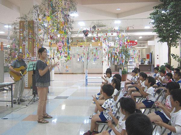 紙芝居に先立って手遊び歌。園児たちも楽しそう歌ってくれた。