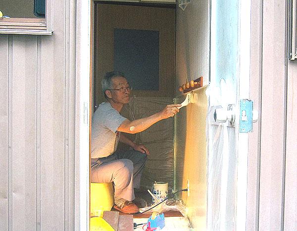 洗濯場の塗装作業。