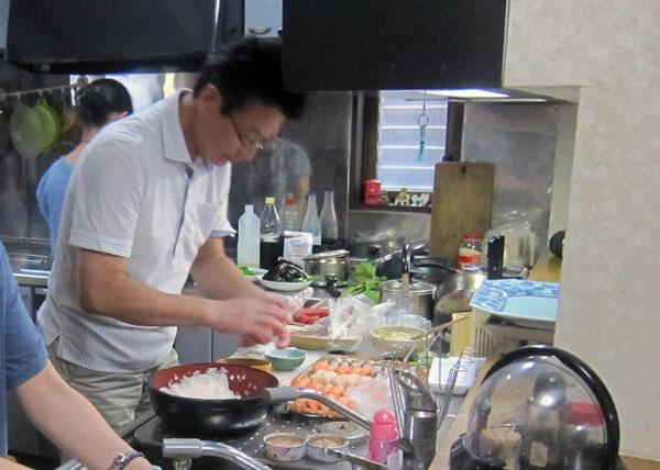 新郎の父親は和食の職人。夜、我が家の台所で寿司を握って下さった。