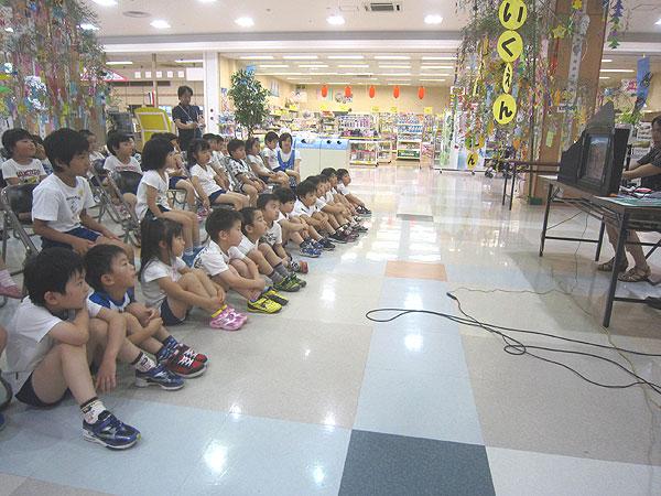紙芝居『越前大野はげっしょ鯖物語』を子供たちは集中して見てくれた。