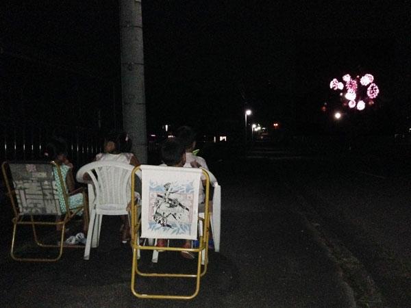 夜は道路に椅子を並べて孫達と遠くの花火を見た。