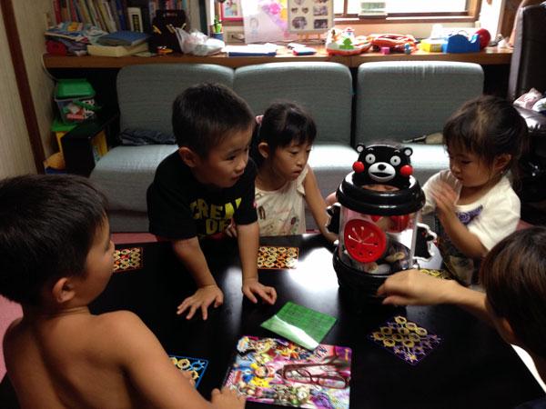 子どもたちは家の中で駆け回ったり、ゲームをしたり……。
