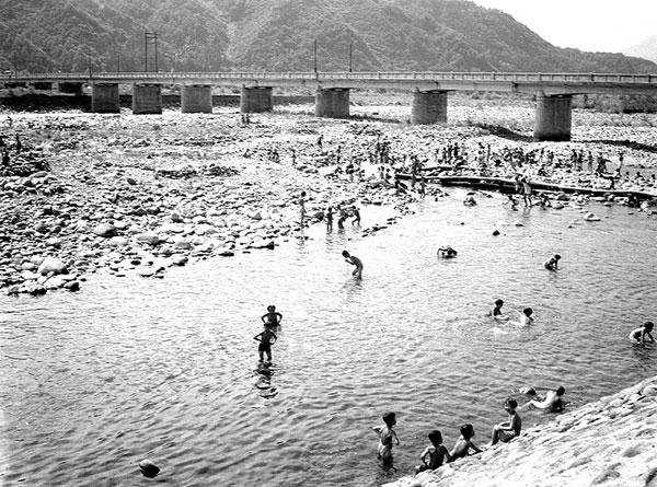 昔の子どもたちが泳いだ九頭竜川。ここは「まち」の子どもたちの水泳場だった。私たちはもっと上流だった。