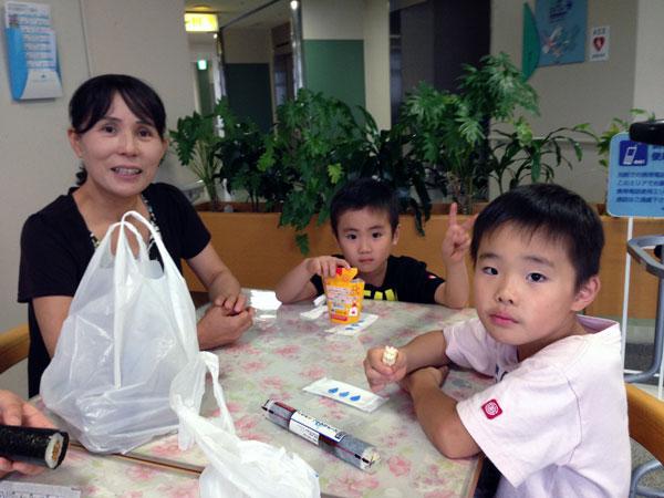 長女と一緒に見舞いに来てくれた孫達。家内と一緒にパチリ。