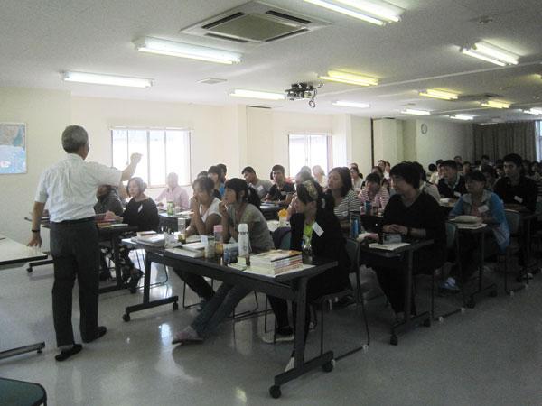 参加国の若者達を前に、講義。