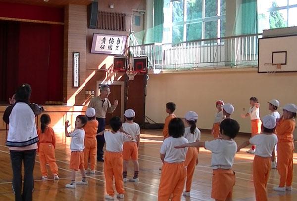 練習を終えて子どもたちに挨拶。「おじさんも50年ほど前に昔、この学校に勤めていたんだよ」子どもあっちは驚いた顔。