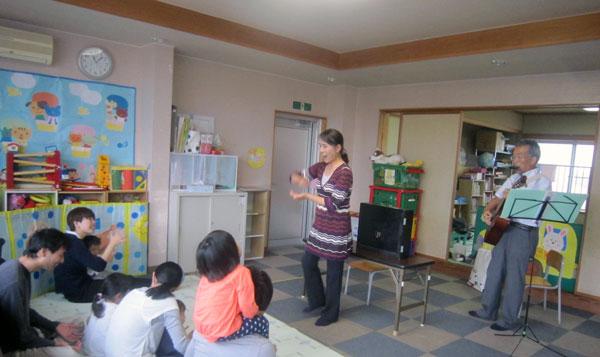 永平寺町の子育て支援センターで手遊びと紙芝居を演じた。