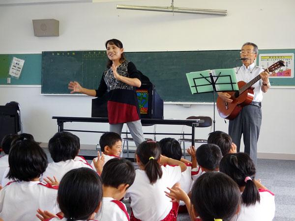 例によって、家内は歌、私はハーモニカとギターで伴奏して「手遊び」。