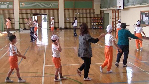 平泉寺小の児童と教職員と地域の皆さんで盆踊りの練習