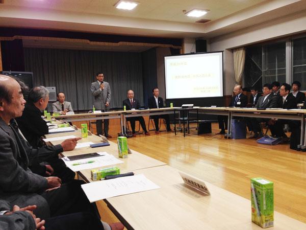 猪野瀬公民館で行われた「市長と語る会」で挨拶する山岸正裕勝山市長。