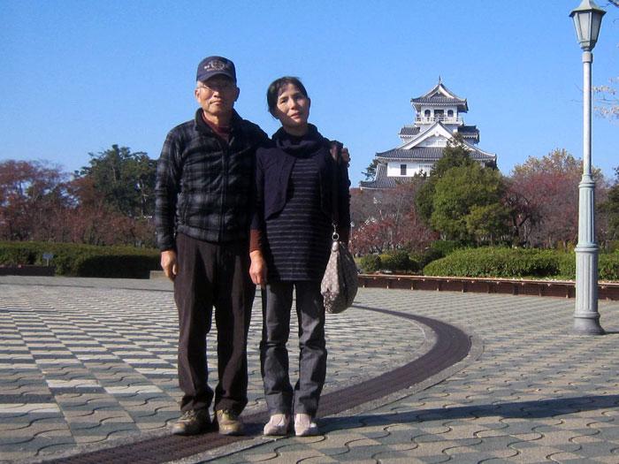 秀吉の開いた長浜城(博物館)をバックに「ハイ・チーズ!」。