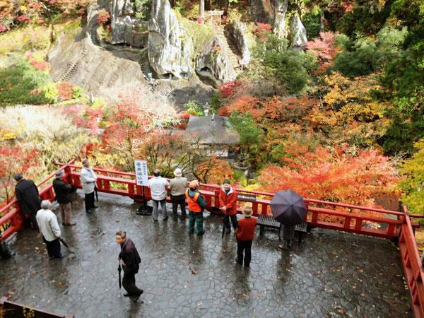 紅葉と岩山の仏像群と展望台。