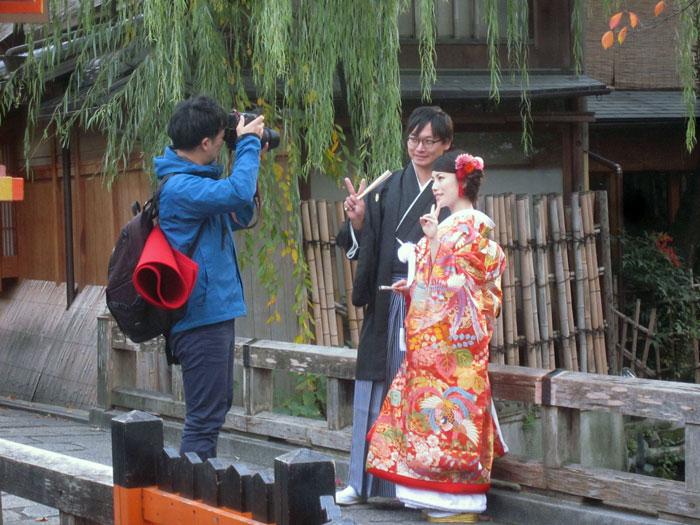 祇園の辰巳橋での撮影。観光中の外国人が珍しそうに二人の写真を撮っていた。