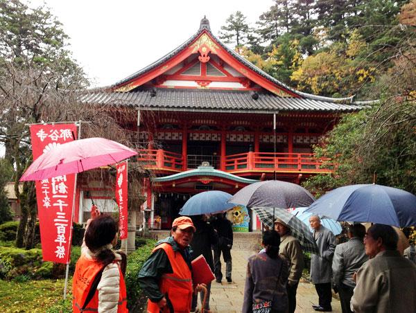 雨の那谷寺境内をガイドの説明を聞きながら散策。