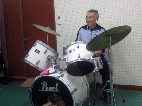 身体と脳の体操を兼ねてドラムを叩いてみた。気分爽快。
