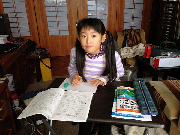 今日はいつもと違って私の机の横で『爺ちゃん勉強』。能率が上がった。