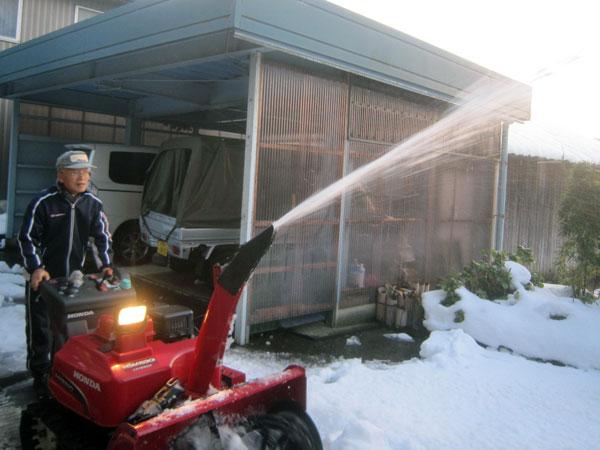 除雪機の試運転。授業料は高かったが快調だった。