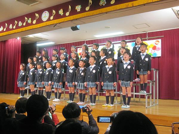 年長組の孫達の合唱。子供が多いので年長組だけで5クラスもあるのだ。