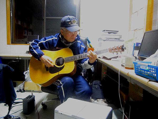 数学の合間に弾くギターは格別に気持ちがよい。何もかも忘れられる。覚えてもすぐ忘れるが。まるでザルで水を汲むようだが、あきらめないで楽しんでいる。
