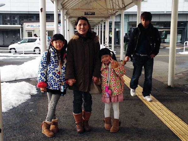帰省した息子家族。早速手をつないで歩く2人の孫と家内。(福井駅)