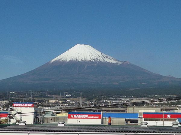 新幹線の車窓から。快晴のなか富士の姿がくっきり。