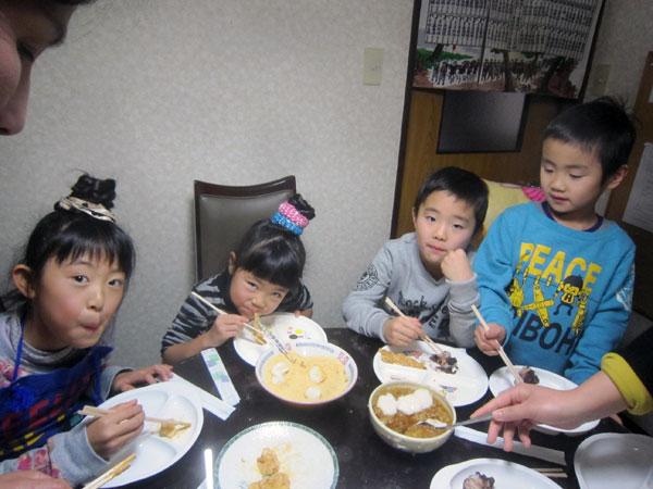 餅づくりの後は、「黄な粉餅」「あずき餅」「おろし餅」をみんなで食べる。