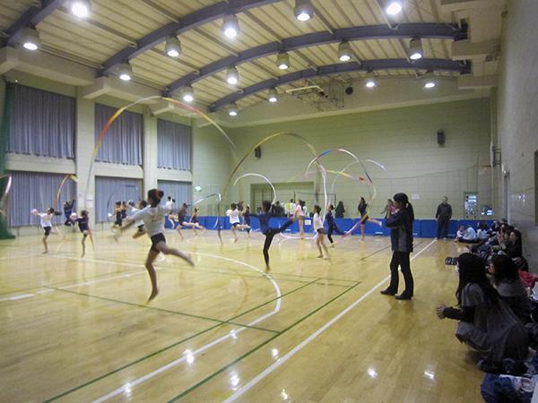 地区センターの体育館の半分を使っての新体操の練習。