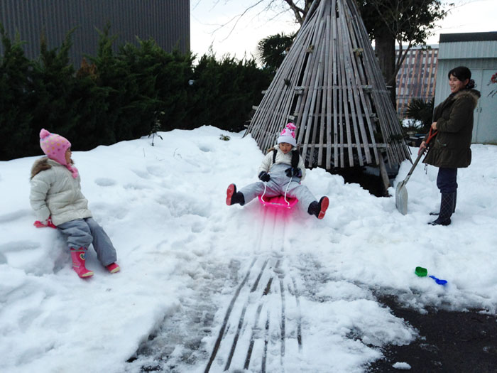 家の前のわずかの雪の上でソリを楽しむ孫達。この後、除雪機を出して雪を集めた。